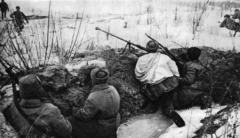 Советские солдаты в окопах в ожидании атаки