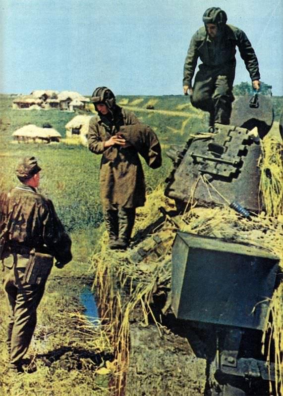 Экипаж советского танка Т-34 сдается в плен унтер-офицеру СС