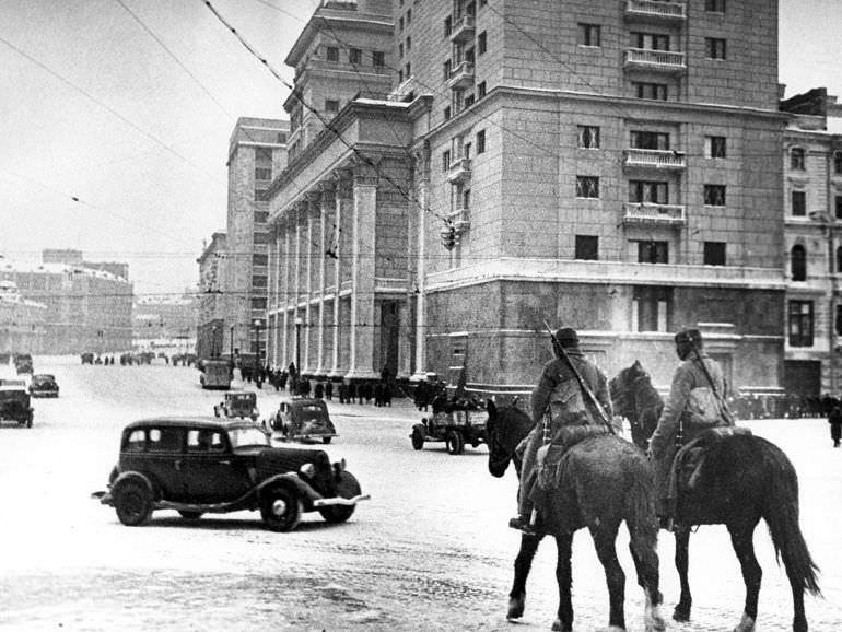 Конный патруль на Манежной площади