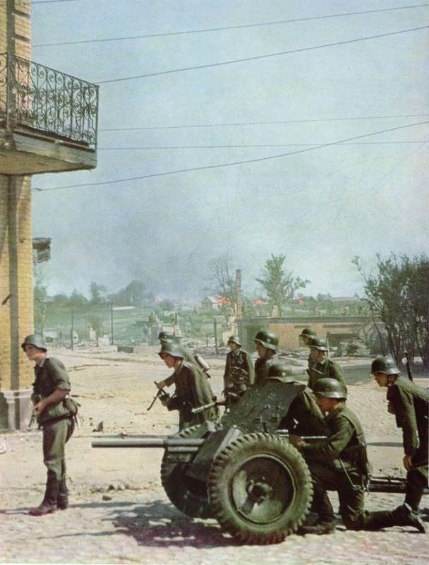 Немецкие солдаты и расчет пушки PaK 35/36 в бою
