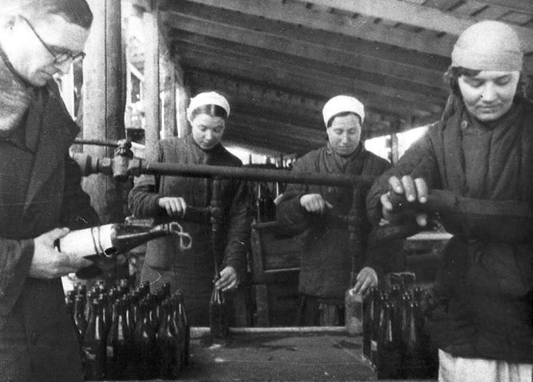Изготовление на одном из заводов Москвы бутылок с зажигательной смесью для борьбы с танками противника