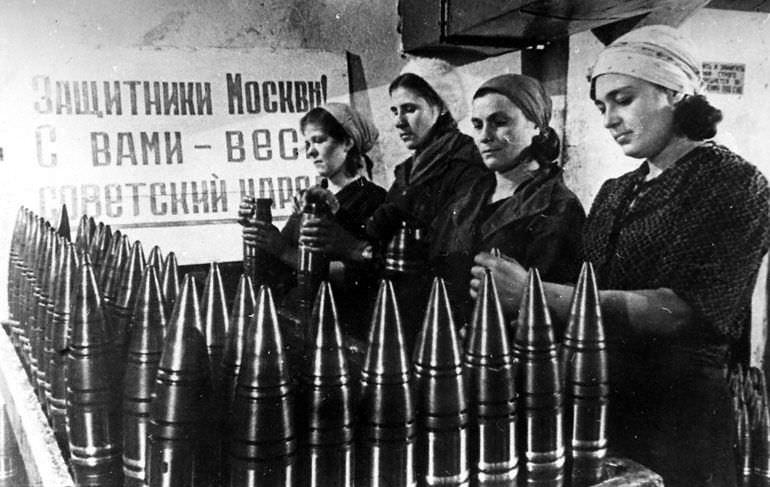 Изготовление снарядов перед отправкой на фронт