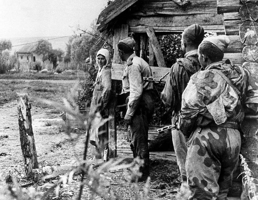 Местная жительница рассказывает советским разведчикам о расположении немецких частей