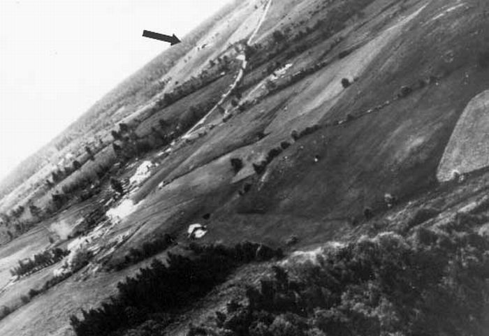 Ил-2 (указан стрелкой) выходит из атаки
