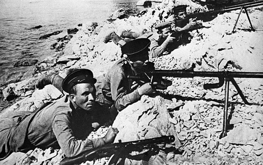 Расчет противотанкового ружья ПТРД-41 ведет огонь по противнику
