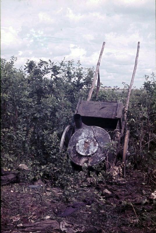 Брошенная при отступлении советская полевая кухня на конной тяге