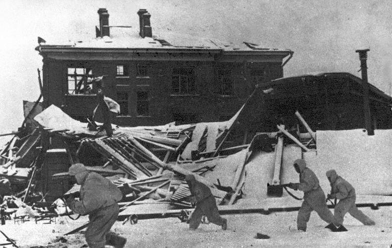 Советские солдаты в бою за город Наро-Фоминск