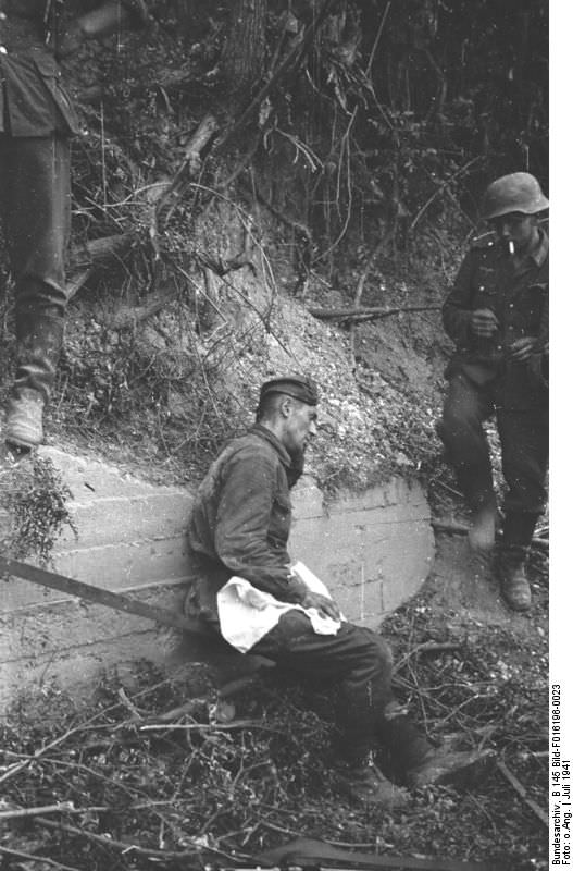 Раненый советский солдат, попавший в плен