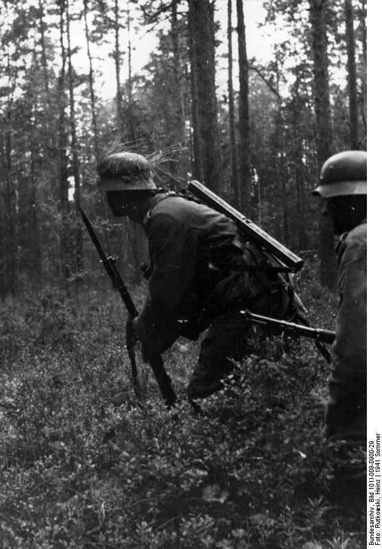 Немецкие солдаты крадутся по лесу
