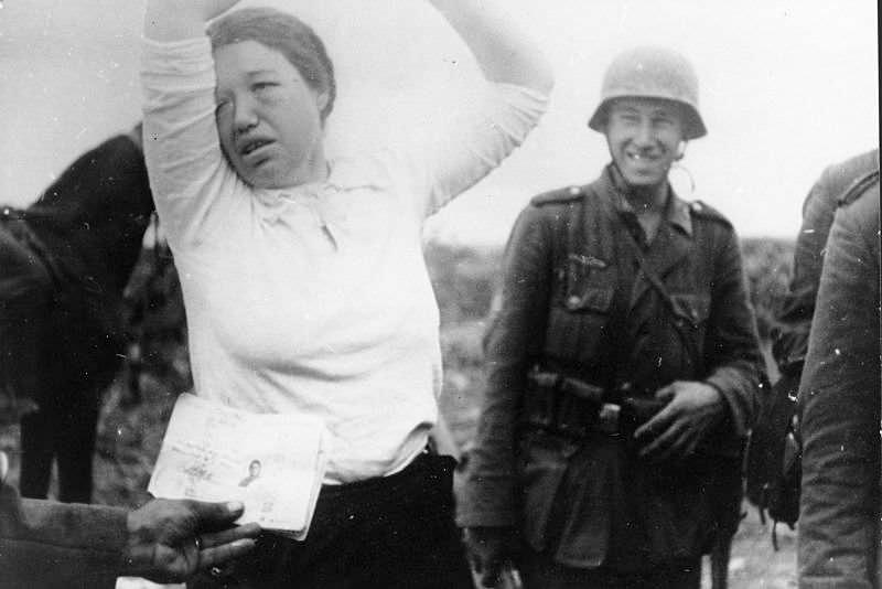Немецкие солдаты допрашивают советскую женщину