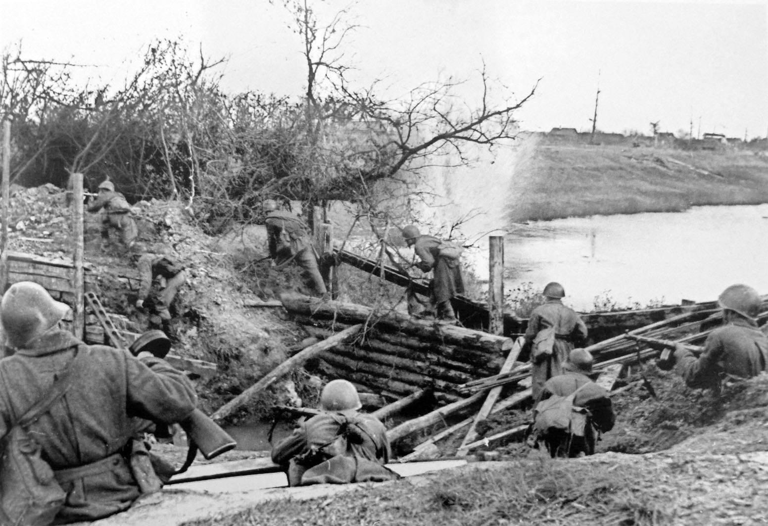 Автоматчики лейтенанта Моисеева преодолевают водный рубеж под огнем противника