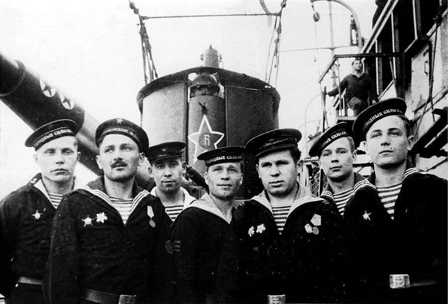 Расчет 100-мм орудия советской подводной лодки С-13