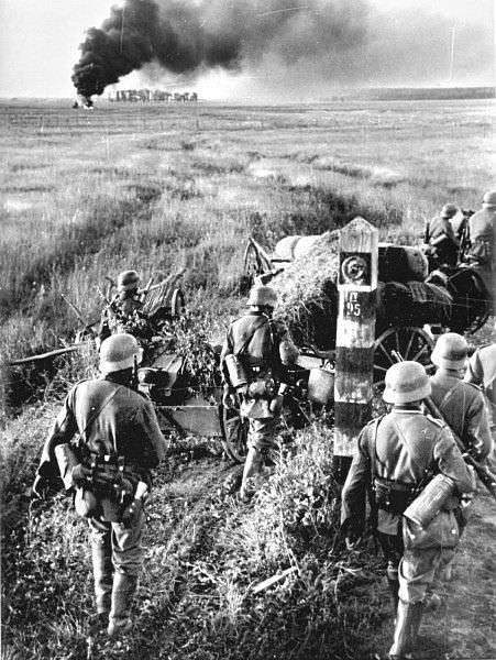Немецкие войска переходят границу СССР