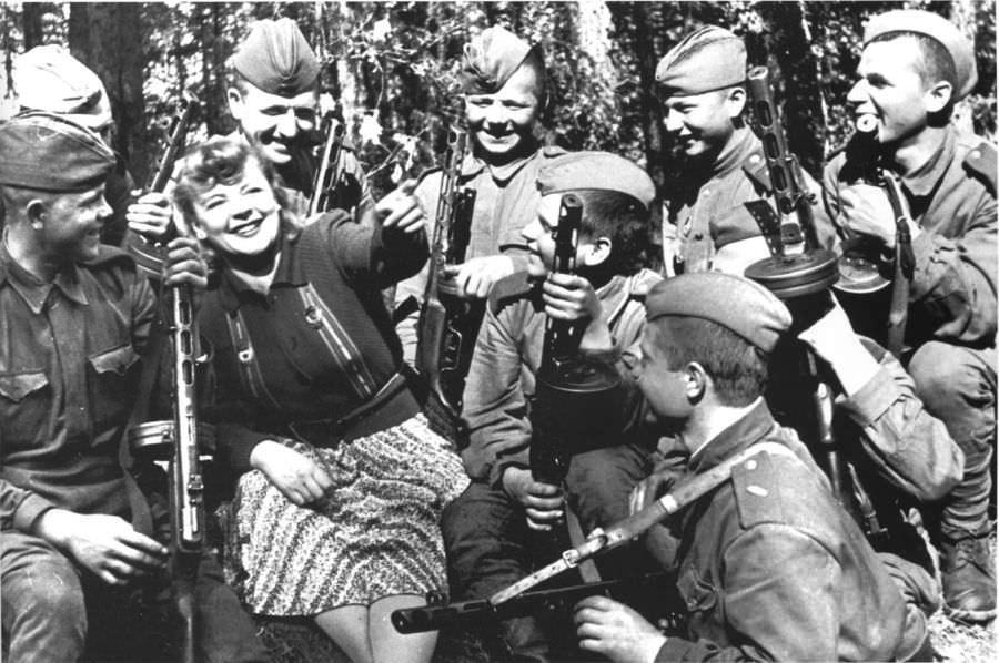 Киноактриса Зоя Федорова общается с бойцами одной из танковых частей