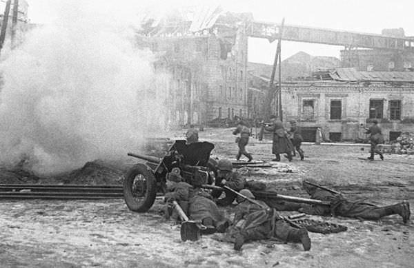 8 февраля 1943 года. Красноармейцы прорываются к вокзалу Ростова-на-Дону