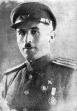 Гукас Мадоян в 1944 году. Внизу — эта самая американская медаль