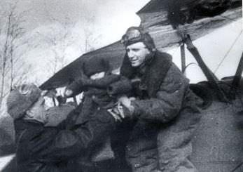 Партизан передаёт Мамкину ребёнка для посадки в самолёт