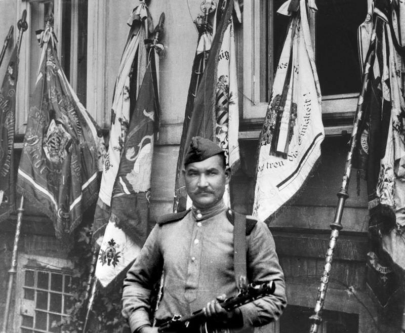 Советский солдат у захваченных в Берлине немецких знамен