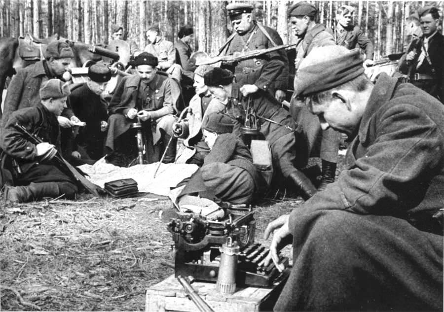 Штаб Сумского партизанского соединения во главе с С.А. Ковпаком