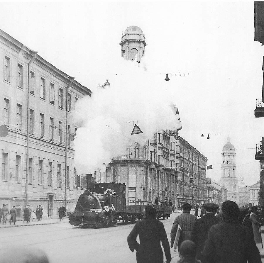 Блокадный Ленинград: паровоз, передвигающийся по трамвайным рельсам