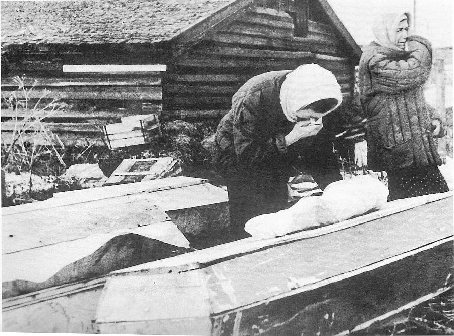 Блокадный Ленинград: похороны ребенка на Волковом кладбище
