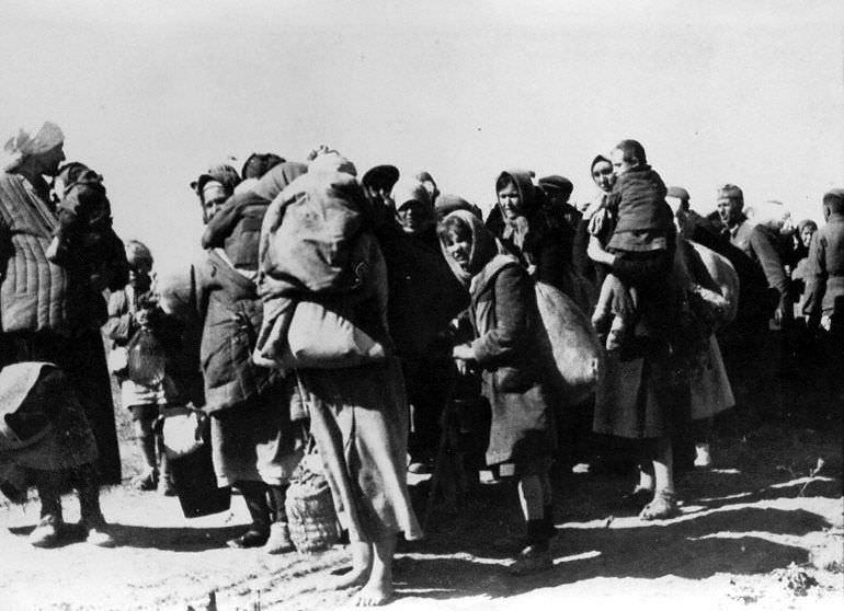 Колонна жителей одного из населенных пунктов в р-не Сталинграда перед отправкой в Германию