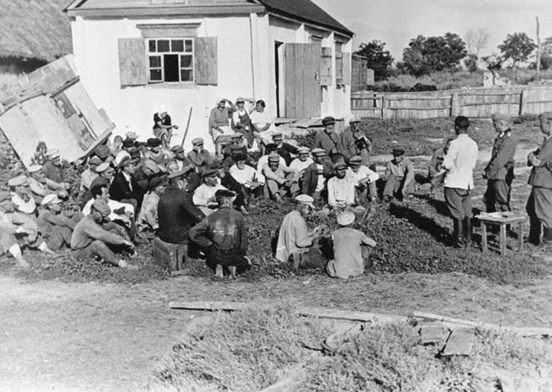 Собрание в одной из оккупированных гитлеровцами деревень