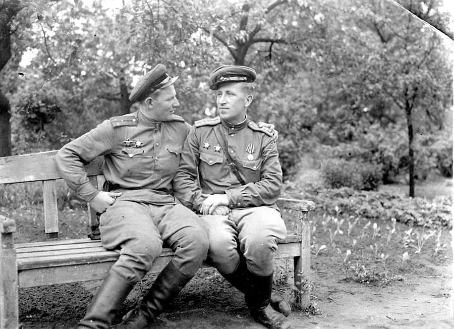 Советские офицеры в берлинском парке