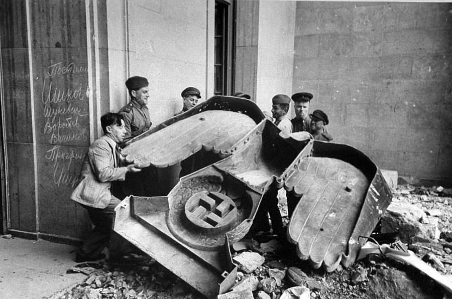 Советские военные убирают нацистского орла с фронтона Рейхсканцелярии