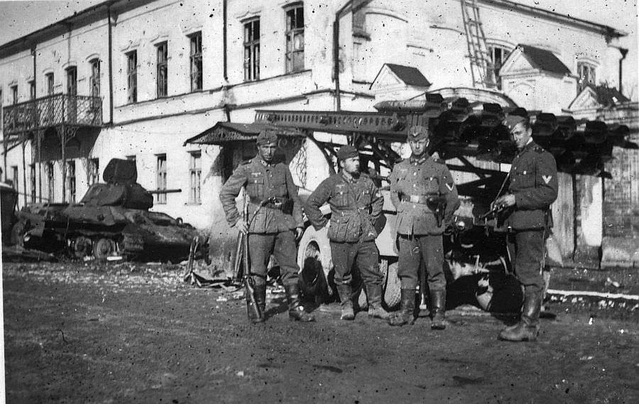 Немецкие солдаты у разбитой «Катюши»