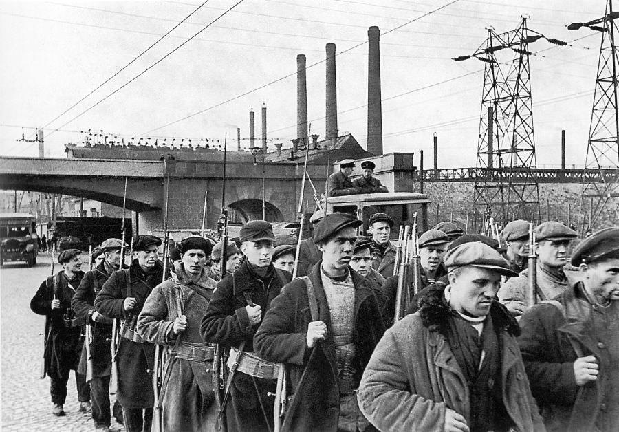 Рабочие отряды в Ленинграде перед отправкой на фронт