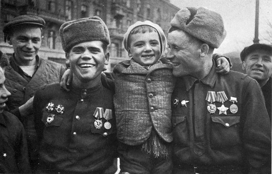 Советские солдаты в освобожденной Одессе