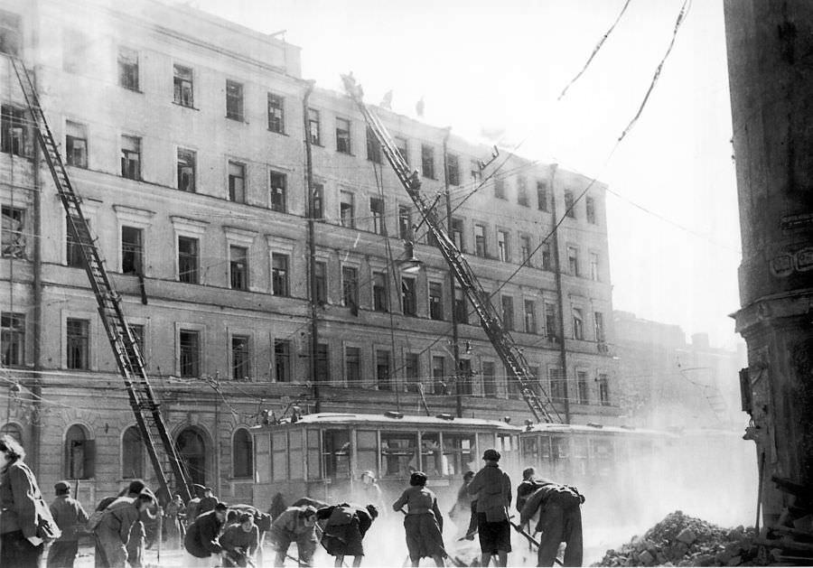Разбор завалов в Ленинграде после немецкого авианалета