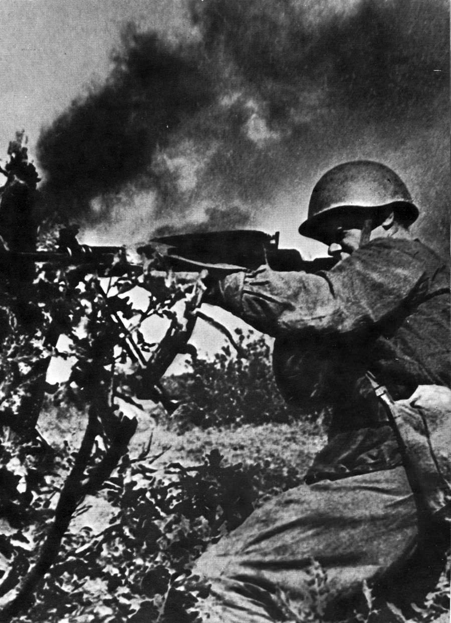 Советский солдат ведет огонь из пулемета