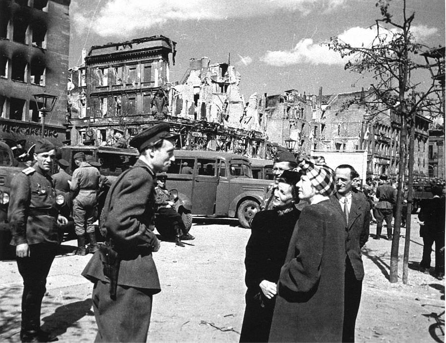 Жители Берлина разговаривают с советским офицером