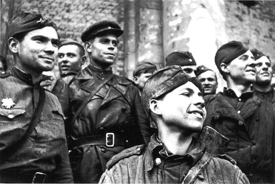 Красноармейцы на ступенях поверженного рейхстага