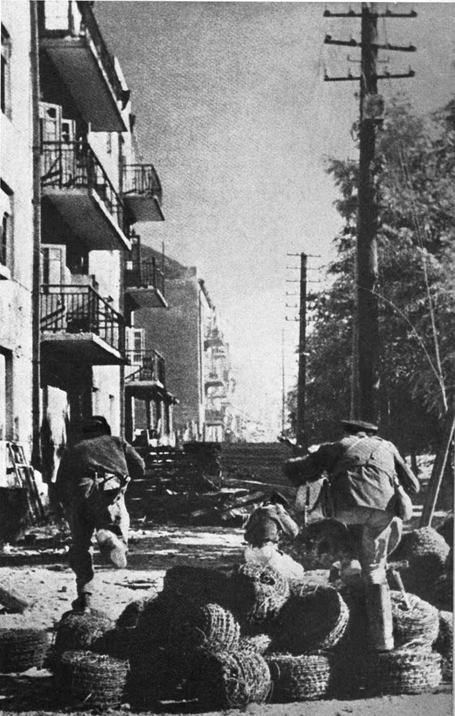 Морские пехотинцы в уличном бою на улице в Новороссийске