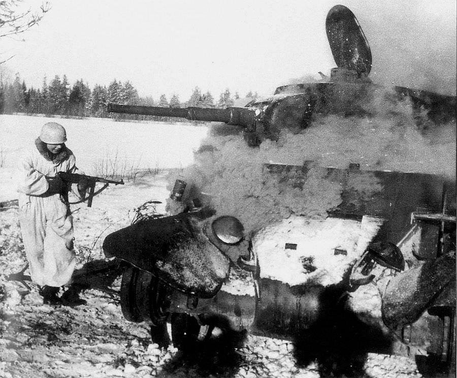 Немецкий десантник у подбитого советского танка