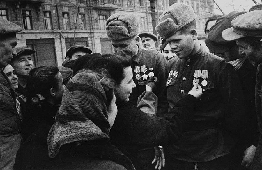 Жители Одессы встречают солдат-освободителей