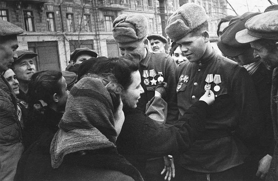 Жители Одессы встречают советских солдат-освободителей