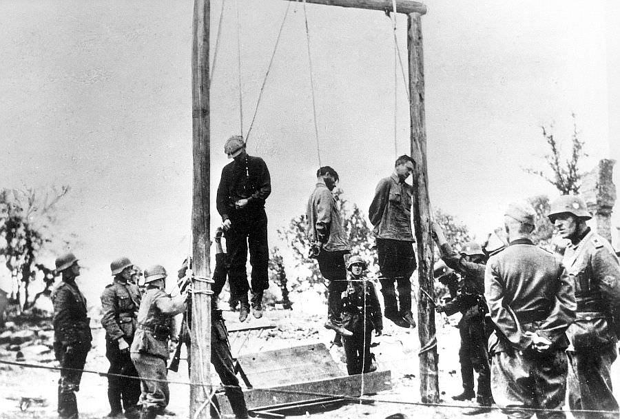 Повешенные советские граждане, подозреваемые немцами в связи с партизанами