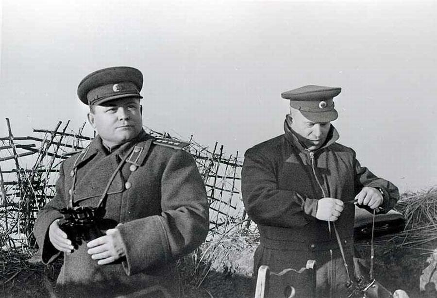 Н.Ф. Ватутин и Н.С. Хрущев на наблюдательном пункте под Белгородом