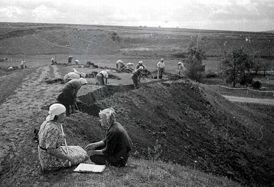 Гражданское население роет окопы на Орловско-Курском направлении