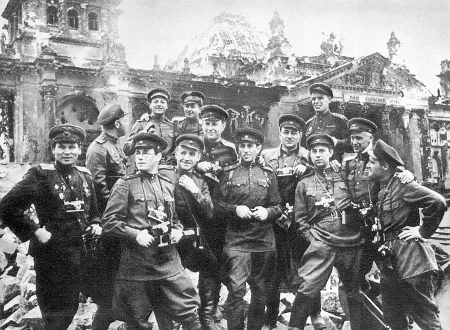 Групповой портрет советских фотожурналистов у здания Рейхстага