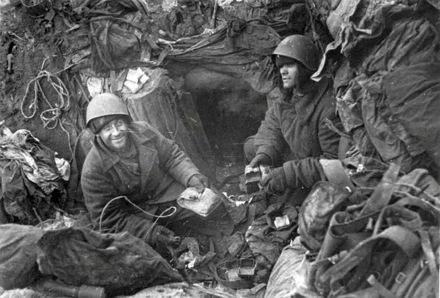 Советские солдаты в окопе во время обороны Ленинграда