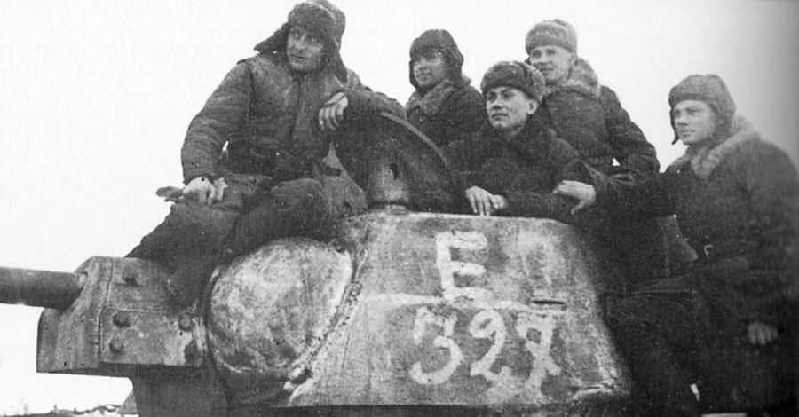 Советские танкисты на броне танка Т-34