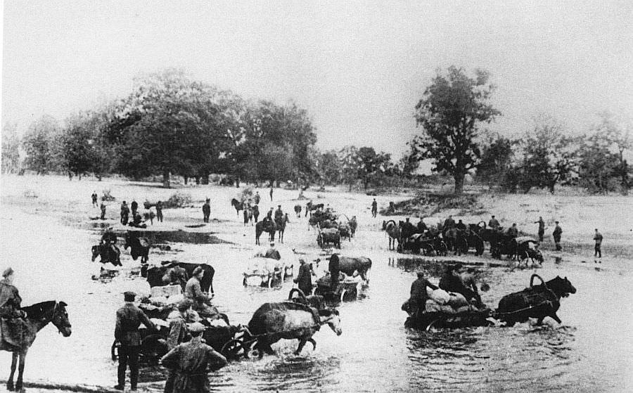 Партизаны переправляются через реку