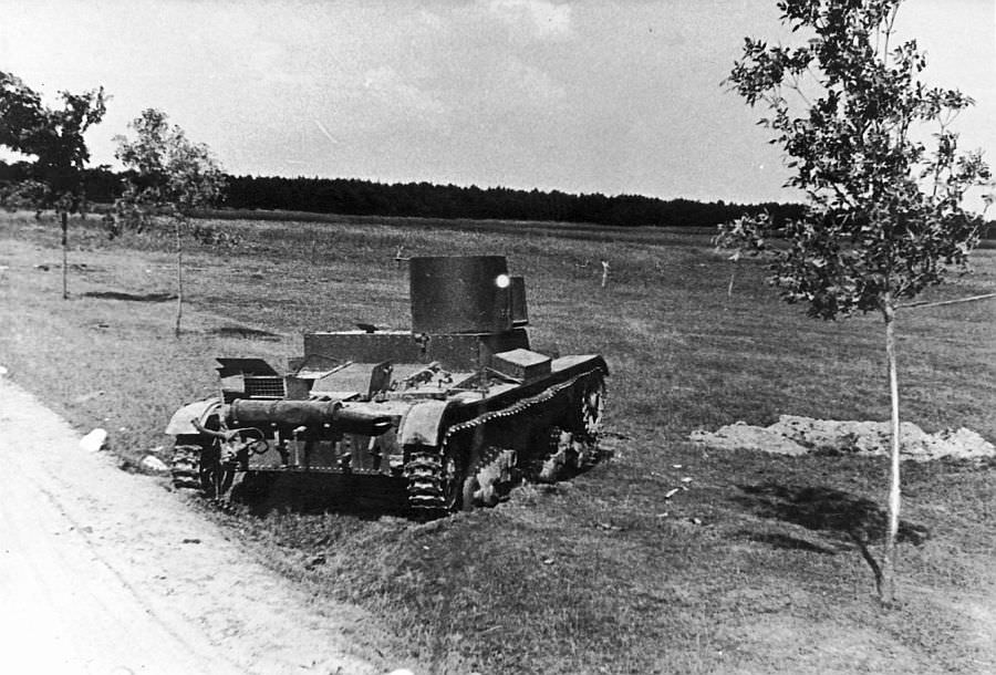 Подбитый советский огнеметный танк