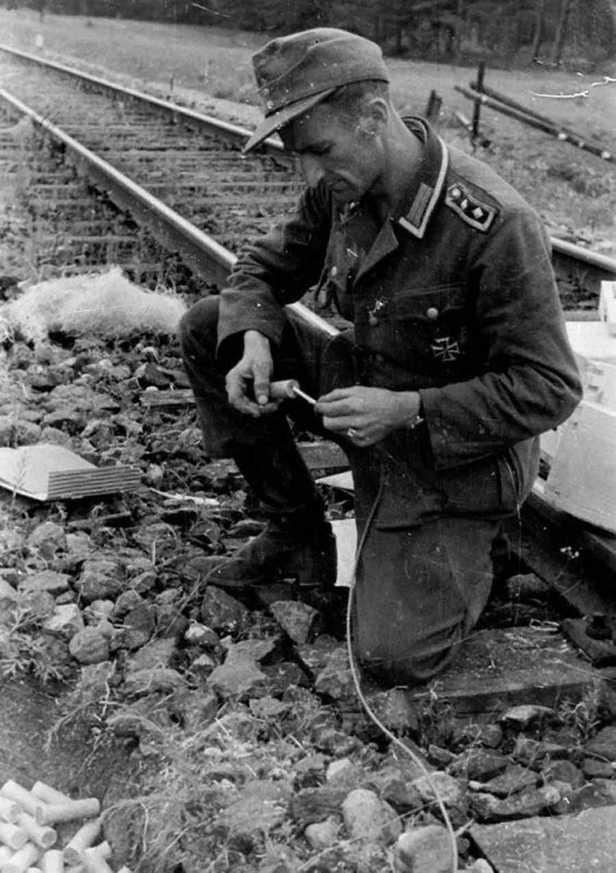 Перед отступлением немцы разрушают железную дорогу