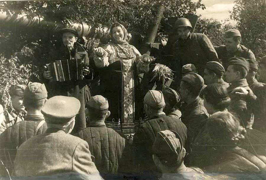 Лидия Русланова выступает перед солдатами